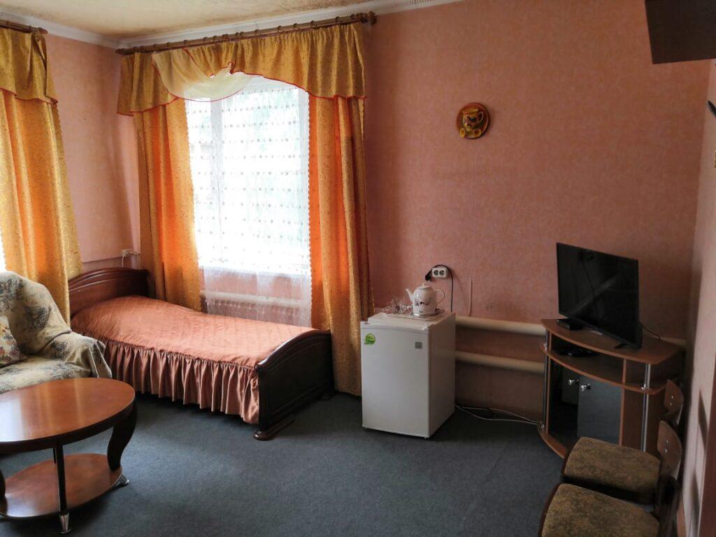 Холодильник, телевизор и всё необходимое имеется в номере в гостинице Постоялый Двор